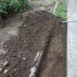 庭造りDIY① 軒下の雨落ちの砂利に二度と雑草を生えさせないための準備