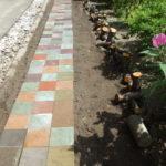 庭造りDIY 草取り不要にするために平板ブロックを敷いて遊歩道完成