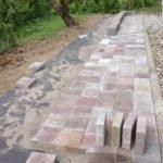 庭造りDIYがまた中断  平板ブロックは砂を撒いて敷くと安定する